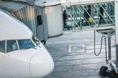 Aviões com o corredor/túnel da passagem que está sendo preparado Fotos de Stock Royalty Free