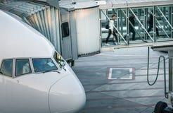Aviões com o corredor/túnel da passagem que está sendo preparado Foto de Stock