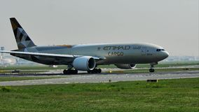 Aviões da carga de Etihad que descolam do aeroporto de Francoforte, FRA