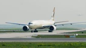 Aviões da carga de Etihad que taxiing no aeroporto de Francoforte, FRA
