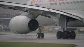 Aviões das linhas aéreas de Tianjin que taxiing na pista de decolagem video estoque