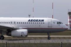 Aviões de Aegean Airlines Airbus A320-200 que correm na pista de decolagem imagens de stock royalty free