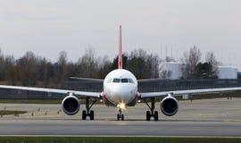 Aviões de Air Arabia Airbus A320-200 que correm na pista de decolagem Fotografia de Stock Royalty Free