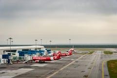Aviões de Air Asia na pista de decolagem do aeroporto internacional 2 de Kuala Lumpur, KLIA 2 Fotografia de Stock