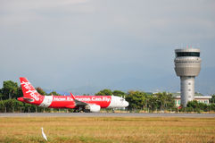 Aviões de Air Asia que taxiing em Kota Kinabalu International Airport Fotos de Stock Royalty Free