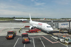 Aviões de Air Berlin prontos para embarcar no terminal novo em H Fotografia de Stock Royalty Free