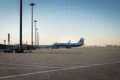 Aviões de Air China Airbus aterrados na pista de decolagem Imagem de Stock Royalty Free