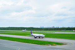 Aviões de Airbus A320-214 das linhas aéreas de Aeroflot no aeroporto internacional de Pulkovo em St Petersburg, Rússia Fotografia de Stock Royalty Free