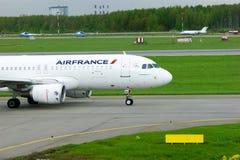 Aviões de Airbus A320-214 das linhas aéreas de Air France no aeroporto internacional de Pulkovo em St Petersburg, Rússia Fotografia de Stock