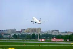 Aviões de Airbus A320-214 das linhas aéreas de Air France no aeroporto internacional de Pulkovo em St Petersburg, Rússia Imagem de Stock