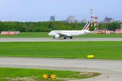 Aviões de Airbus A320-214 das linhas aéreas de Air France no aeroporto internacional de Pulkovo em St Petersburg, Rússia Imagens de Stock