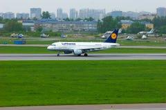 Aviões de Airbus A319-114 das linhas aéreas de Lufthansa no aeroporto internacional de Pulkovo em St Petersburg, Rússia Imagem de Stock