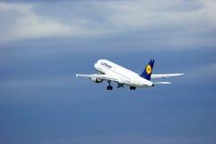 Aviões de Airbus A319-114 das linhas aéreas de Lufthansa no aeroporto internacional de Pulkovo em St Petersburg, Rússia Imagens de Stock
