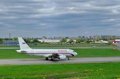 Aviões de Airbus A319-111 das linhas aéreas de Rossiya no aeroporto internacional de Pulkovo em St Petersburg, Rússia Imagem de Stock Royalty Free