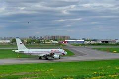Aviões de Airbus A319-111 das linhas aéreas de Rossiya no aeroporto internacional de Pulkovo em St Petersburg, Rússia Fotos de Stock