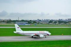 Aviões de Airbus A319-111 das linhas aéreas de Rossiya no aeroporto internacional de Pulkovo em St Petersburg, Rússia Imagens de Stock Royalty Free