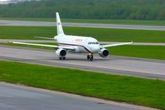 Aviões de Airbus A319-111 das linhas aéreas de Rossiya no aeroporto internacional de Pulkovo em St Petersburg, Rússia Imagens de Stock
