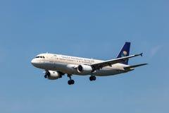 Aviões de Airbus A320 de Saudi Arabian Airlines fotografia de stock royalty free
