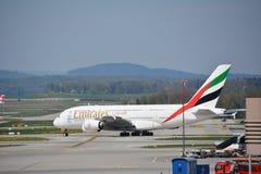 Aviões de Airbus a380 dos emirados foto de stock royalty free