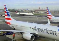 Aviões de American Airlines no terminal, New York City Fotos de Stock