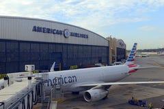 Aviões de American Airlines no terminal, New York City Imagem de Stock