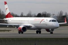Aviões de Austrian Airlines Embraer ERJ-195 que correm na pista de decolagem Fotografia de Stock