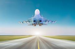Aviões de avião de combate militares na alta velocidade, voando acima da pista de decolagem na base foto de stock