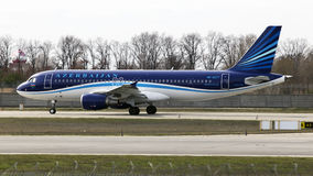 Aviões de AZAL Azerbaijan Airlines Airbus A320-200 que correm na pista de decolagem Fotos de Stock Royalty Free