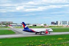 Aviões de Azur Air Airline Boeing 757-2Q8 no aeroporto internacional de Pulkovo em St Petersburg, Rússia Imagens de Stock