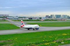 Aviões de British Airways Airbus A320-232 no aeroporto internacional de Pulkovo em St Petersburg, Rússia Fotografia de Stock Royalty Free