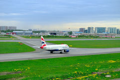 Aviões de British Airways Airbus A320-232 no aeroporto internacional de Pulkovo em St Petersburg, Rússia Imagens de Stock Royalty Free