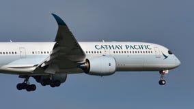 Aviões de Cathay Pacific Airbus A350 XWB da aterrissagem de Hong Kong no aeroporto internacional de Auckland Imagens de Stock