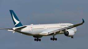 Aviões de Cathay Pacific Airbus A350 XWB da aterrissagem de Hong Kong no aeroporto internacional de Auckland Imagem de Stock