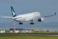 Aviões de Cathay Pacific Airbus A350 XWB da aterrissagem de Hong Kong no aeroporto internacional de Auckland Fotos de Stock Royalty Free
