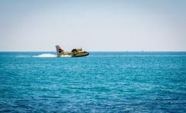 Aviões de combate ao fogo em uma situação de emergência, entrada de água Fotografia de Stock