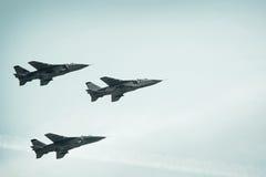 Aviões de combate no fundo do céu azul fotografia de stock
