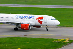 Aviões de Czech Airlines Airbus A319-112 no aeroporto internacional de Pulkovo em St Petersburg, Rússia Imagem de Stock Royalty Free