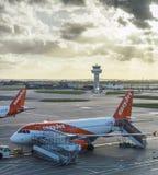 Aviões de Easyjet no aeroporto do ` s Gatwick de Londres - SouthTerminal Fotos de Stock