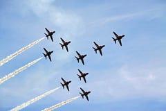 Aviões de jato aerobatic da força aérea vermelha do RAF da seta Fotografia de Stock