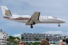Aviões de jato do assunto privado que preparam-se para aterrar imagens de stock royalty free