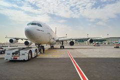 Aviões de jato entrados no aeroporto de Dubai Imagens de Stock