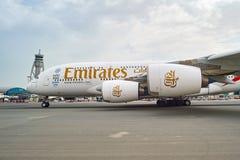 Aviões de jato no aeroporto de Dubai Imagem de Stock