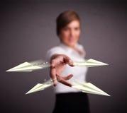 Aviões de jogo do origami da senhora bonita Imagens de Stock