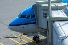 Aviões de KLM conectados a uma ponte do passnger Fotografia de Stock Royalty Free
