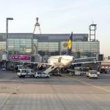 Aviões de Lufthansa prontos para embarcar no terminal 1 Imagens de Stock