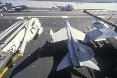Aviões de lutador militares a bordo do porta-aviões de USS Forrestal, Nova Orleães, Louisiana foto de stock