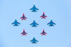 Aviões de lutador Su-27 e Mig-29 pilotados por membros dos cavaleiros e do Swifts do russo Fotografia de Stock