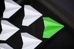 Aviões de papel arranjados junto Imagens de Stock