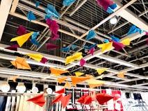Aviões de papel coloridos em cordas fotos de stock royalty free