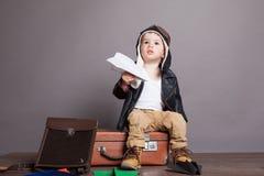 Aviões de papel dos jogos piloto do rapaz pequeno Imagem de Stock